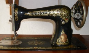 maquina-de-costura-singer-antiga-com-gabinete_MLB-F-226485196_3223
